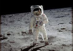 In one of the most famous photographs of the Century, Apollo 11 astronaut Buzz Aldrin walks on the surface of the moon near the leg of the lunar module Eagle. Apollo 11 Commander Neil Armstrong took this photograph with a lunar surface camera Neil Armstrong, Mission Apollo 11, Apollo Missions, Moon Missions, Mars Mission, 3d Foto, Nasa Photos, Nasa Images, Apollo 11