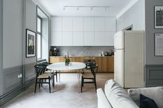 7.  White Uppers + Wood A nice slick combination of white uppers with wood lower cabinets. Via Nooks.
