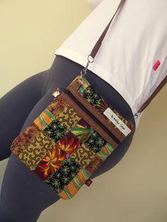 Linda, leve e prática. Essa é a bolsinha tiracolo em patchwork. Confeccionada em tecido importado, 100% algodão, estruturada com manta acrílica e totalmente forrada. Com acabamento em metal nas duas alças e detalhes em metal no zíper. Ideal para aquela saidinha rápida, para aquela baladinha, ... Patchwork Bags, Quilted Bag, Bag Quilt, Fabric Handbags, Linen Bag, Bag Patterns To Sew, Little Bag, Zipper Bags, Handmade Bags