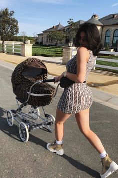 Kylie Wore this Adorable Fendi Dress Walking Baby Stormi. Matching Mommy & Me Fendi LOOK! Kendall Jenner Outfits, Kylie Jenner Mode, Trajes Kylie Jenner, Looks Kylie Jenner, Kendall And Kylie, Kylie Minogue, Kylie Jenner Pregnant, Kylie Jenner Dress, Kylie Jenner Bags