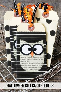 Give a sweet Halloween treat in the form of a gift card with this DIY Halloween . - Give a sweet Halloween treat in the form of a gift card with this DIY Halloween Gift Card Holders. Origami Halloween, Diy Halloween Gifts, Theme Halloween, Halloween Tags, Holidays Halloween, Happy Halloween, Card Tags, Gift Tags, Gift Ideas