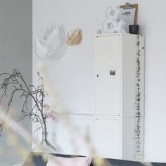 Lockerkast ikea ps collectie, oude gistfles, magnolia tak, diy neushoorns, hema licht letter & en kiezelgroen op de muur. Instagram @mmmmmmanon