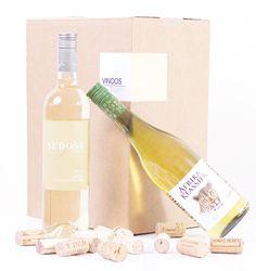 """Vinoos.nl - Altijd lekkere wijn in huis! Heerlijk in zijn eenvoud! Frisse, moderne wijnen uit o.a. Frankrijk, Spanje en Portugal.De wijnen zijn licht, elegant en hebben een hoog """"doordrink"""" gehalte.Heb je een feestje, duik je het park in met vrienden of zit je graag op je balkon?Kies dan deze box met heerlijke terraswijnen!  Op het proefblad dat bij de wijnbox is inbegrepentref je naast beschrijvingen van de wijn ook de volgorde van drinken aan. Leuk voor een thuisproeverij!"""
