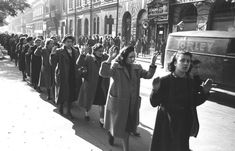 Mulheres judias capturadas no Gueto de Budapeste, outubro de 1944. Bundesarchiv Bild 101I-680-8285A-08, Budapest, Festnahme von Juden - Hungria – Wikipédia, a enciclopédia livre