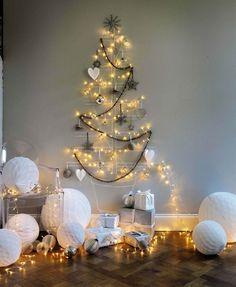 bricolage Noël : sapin mural de guirlandes lumineuses, boules grises et cœurs décoratifs