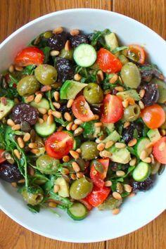 Ahora que el calor está aquí las comidas se aligeran y platos más frescos como las ensaladas son más apetecible. Aquí te tramos recetas de ensaladas fáciles