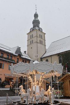 manège Ladurée Megève en Haute-Savoie - Laduree carousel in Megève, Haute Savoie in France during winter time
