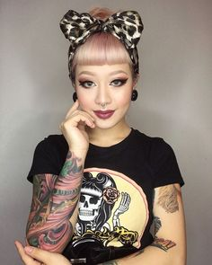 Is such a cutie! Shop our Top Logo tee on Suavecit Rockabilly Makeup, Rockabilly Outfits, Rockabilly Pin Up, Rockabilly Fashion, Retro Fashion, Rockabilly Quotes, Vintage Hairstyles, Hairstyles With Bangs, Betty Bangs