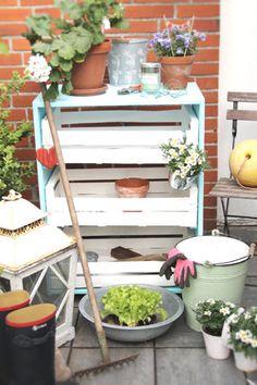 ein cooler pflanztisch aus paletten selbst gebaut garten pinterest k hler. Black Bedroom Furniture Sets. Home Design Ideas