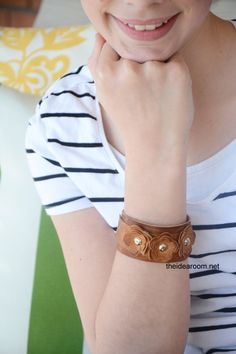 Learn how to make this cute floral, leather bracelet right here! | DIY jewelry