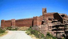 Castillo de Albarracín  Los mejores castillos de Aragón Está en Albarracín, en la provincia de Teruel, y tiene una de las murallas más espectaculares que hay en los castillos de nuestro país. Sus murallas protegen el casco urbano del pueblo, y desde ellas puedes disfrutar de unas vistas fantásticas. En esta zona había 3 castillos juntos pero hoy en día dos están en ruinas y solo éste está completo.    Leer más: http://www.vuelaviajes.com/los-mejores-castillos-de-aragon/#ixzz3DEkAfL1t
