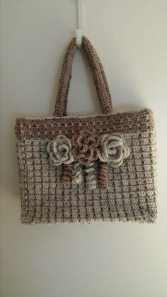 Wat een gave ah tas! Crochet Tote, Crochet Handbags, Crochet Purses, Hessian Bags, Jute Bags, Granny Square Bag, Knitted Bags, Crochet Accessories, Handmade Bags