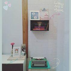 Da série 'Cantinhos da casinha que amo'🏠💕: Meus livros preferidos, minha olivetti querida, decor... 📚❤ . . #sucodenuvem #leveza #delicadezas #fofuras #arte #cores #sonhos #wonderland #lardocelar #homesweethome #simplicidade #books #maiscorporfavor #minhacasapop #sitecasaaberta #casacomalma #casasreais #historiasdecasa #casadeamados #todacasatemumahistoria #vidasimples #decorarmaispormenos #decor #decoracaoafetiva #minhacasaminhacara #decoracao #amandaamol #books #diy #olivetti #tokstok