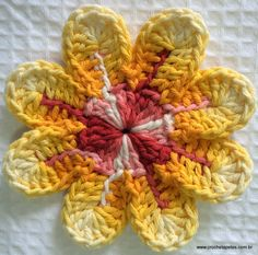 Materials: Twine Baroque 9202 - Red Twine Baroque 9368 - Yellow Crochet needle Needle upholsterer number 14 01 Make a magic ring and after holding go up Crochet Leaves, Knitted Flowers, Crochet Flower Patterns, Crochet Stitches Patterns, Crochet Motif, Crochet Doilies, Grannies Crochet, Irish Crochet, Crochet Video