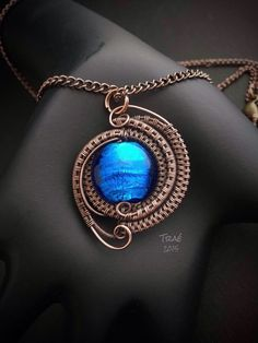 Copper Wire Weave with Blue Foil Glass by Traebetruedesign Wire Pendant, Wire Wrapped Pendant, Wire Wrapped Jewelry, Copper Jewelry, Copper Wire, Jewlery, Homemade Necklaces, Homemade Jewelry, Wire Crafts