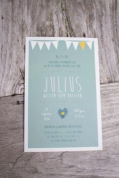 Geboortekaart Julius, okergeel met vlaggetjes en fingerprints - ontwerp door www.leesign.nl #vlaggetje #leesign #geboortekaartje #fingerprint #vingerafdruk #hartje #geboortekaart #julius #flag #ontwerp #design #jonen