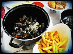 """#Dinner for #free:  every wednesday and thursday from 9pm on at the #restaurant Tribal #Café, 3 cour des Petites-Écuries, """"Moules #frites"""" for free.    Jeden Mittwoch und Donnerstag #Abend ab 21uhr gibt es im Tribal Café """"#Moules frites"""", #Muscheln und Pommes Frites    © dennis and aimee jonez, wikipedia    For more information visit: http://www.easyvoyage.de/frankreich/paris"""