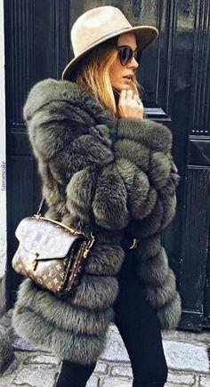 Outfit Winter style Manteau Fausse fourrure chapeau et lunette noires sac en bandoulière Louis Vuitton