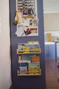 Meine Pinterest-Follower kennen möglicherweise diesen Pin: Source: flickr.com via Tag für Tag on Pinterest Gesehen, für super befunden und losgemacht. Da Smillas Bücherkiste eher zum rumschieben diente und dann überall regelmäßig ausgekippt wurde, entschieden wir, das ein Regal im Augenblick die beste Lösung ist. Das IKEA-Gewürzregal ist günstig und stabil und tief genug für die dicken Pappbilderbücher, die Smilla so liebt: Erreichbar für sie und auch leicht ein- und auszuräumen:...