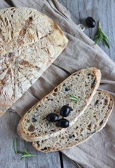 Chleb z oliwkami i rozmarynem na zakwasie