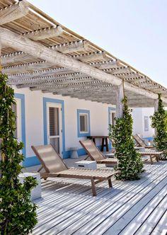 Lovely Market - News - Maison vacances au Portugal par Vera Iachia Porch And Terrace, Porch Roof, Beachfront House, Mediterranean Homes, Mediterranean Architecture, Outdoor Living, Outdoor Decor, Outdoor Lounge, Outdoor Spaces