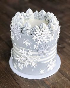 It's time to turn your attention to a Christmas cake. Christmas cake only need. Christmas Cake Decorations, Christmas Desserts, Christmas Treats, Christmas Baking, Christmas Cookies, Cupcakes, Cupcake Cakes, Beautiful Cakes, Amazing Cakes