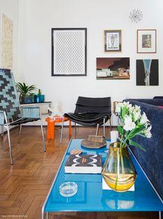 Parede galeria e móveis desenhados pela designer Carol Gay, como as duas poltronas da foto.