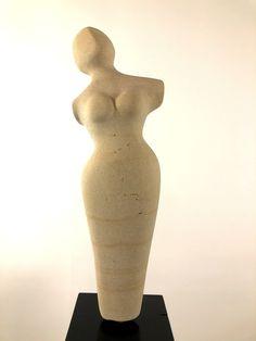 """""""Nelly"""": Stein Skulptur aus Baumberger Kalkstein (Sandstein), nicht geölt. Weitere Skulpturen aus Holz und Stein des Bildhauers aus Köln, z.T. vergoldet mit 24 Karat Blattgold sind auf meiner website zu sehen."""