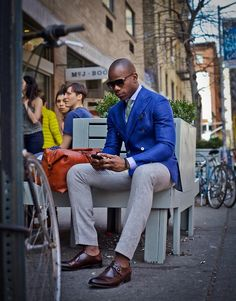 Blue Blazer Suits & Fashion, He is mighty one good looking guy! Gq Style, Mode Style, Sharp Dressed Man, Well Dressed Men, Looks Cool, Men Looks, Blazer Bleu, Cobalt Blazer, Men In Black