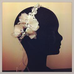 Cinta de cristal con flores de organza