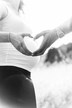 Es gibt Momente, die beeinflussen das ganze Leben. Professionelle Schwangerschaftsfotos sind eine tolle Möglichkeit die aufregende Zeit vor der Geburt als Erinnerung festzuhalten. Gerne begl…