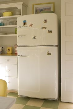 Big Chill& Retro Refrigerator has a stamped metal body, authentic chrome trim, pivoting handle, temperature management system and is energy efficient. Available in over 200 colors. Kitchen In, Kitchen Queen, Kitchen Photos, Kitchen Design, Bungalow Kitchen, Kitchen Ideas, Kitchen Appliances, Retro Refrigerator, Retro Fridge