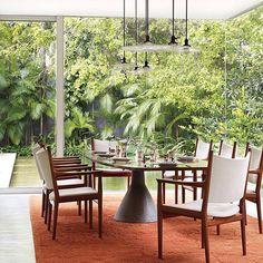 Mesa design de Jorge Zalszupin. Casa em São Paulo, Brasil. Projeto de Isay Weinfeld. #architecture #arquitetura #arte #art #artlover #design #architecturelover #instagood #instacool #instadesign #instadecor #instadaily #projetocompartilhar #shareproject #davidguerra #arquiteturadavidguerra #arquiteturaedesign #instabest #instahome #decor #architect #criative #photo #decoracion #table #tabledesign #jorgezalszupin #isayweinfeld