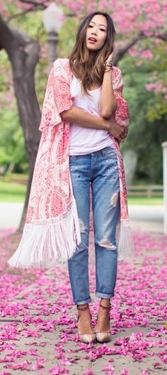 Kimono Outfits For Summer Aimee Song is wearing a pink fringed Athena Procopiou silk kimono Hippie Style, Gypsy Style, Bohemian Style, Fashion Moda, Kimono Fashion, Love Fashion, Fashion Trends, Kimono Outfit, Kimono Cardigan