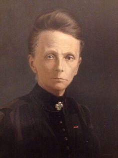 Sien van Hulst, grondlegster van de wijkverpleging in Harlingen ca 1905, oprichtster van het Groene Kruis afd Harlingen, bedenkster van de slogan 'Reinheid, rust en regelmaat'. Portret in collectie Hannemahuis