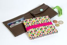 This post may contain affiliate links. This free wallet pattern is very easy to sew and it's for an unisex wallet. This wallet Is an ideal gift for your husband or for yourself! Kraft tex, cork, Leather, or faux … Read Diy Leather Wallet Pattern, Wallet Sewing Pattern, Sewing Patterns Free, Bag Patterns, Diy Wallet Easy, Simple Wallet, Sew Wallet, Fabric Wallet, Diy Bags Purses