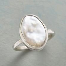 This elegant sterling silver pearl ring brings a stunning lustre to any ensemble.