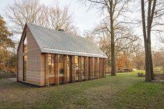 Une chouette mini-maison, toute lumineuse et présentée dans sa robe d'automne! Parfait à présenter une journée comme aujourd'hui. Il s'agit d'une conception architecturale de Zecc Architecten et de Roel van Norel pour le design d'intérieur. Principalement conçue en chêne et cèdre et d'autres