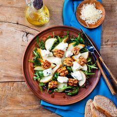 Gemischter Salat mit Birne, Gorgonzola und Walnuss Mixed salad with pear, gorgonzola and walnut Basil Walnut Pesto, Health Benefits Of Walnuts, Nutrition Plate, Gourmet Recipes, Healthy Recipes, Pear Salad, Food Backgrounds, Salad Ingredients, C'est Bon
