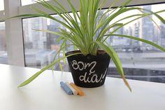 A tinta lousa anda ganhando cada vez mais espaço. Geralmente usada nas paredes, é uma ótima opção para personalizar vasos decorativos. Confira um passo a passo e #FaçaVocêMesmo um vaso de flores com tinta lousa!
