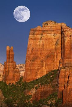 Summer Solstice Moon - Cathedral Rock, Sedona, Arizona Solstice Moon, Summer Solstice, June Solstice, Beautiful Moon, Beautiful World, Beautiful Places, Beautiful Scenery, Parc National, National Parks