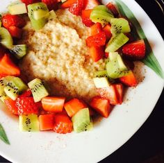 Oatmeal with strawberry & kiwi
