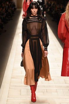 Fendi Fall 2017 Ready-to-Wear Collection Photos - Vogue Fashion Week, Fashion 2017, Runway Fashion, High Fashion, Winter Fashion, Fashion Show, Fashion Design, Fashion Details, Style Couture