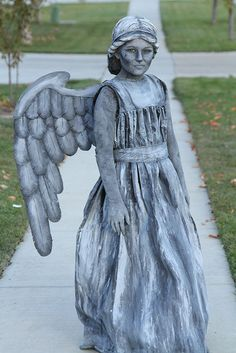 Angel or Statue Costume This amazing Doctor Who costume is much easier than you might think to create.This amazing Doctor Who costume is much easier than you might think to create. Costume Halloween, Dr Who Costume, Fete Halloween, Cool Costumes, Halloween Kids, Costumes For Women, Halloween Crafts, Cosplay Costumes, Holidays Halloween