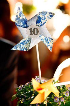 Divertida y original idea para indicar el número de mesa en algún evento.....