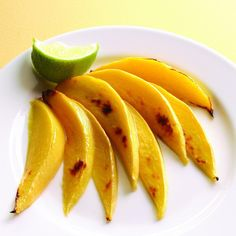 Treats Under 250 Calories: Broiled Mango -- Broiling fruit brings out its inherent sweetness. A squeeze of tart lime juice balances it out. Mango Desserts, Low Sugar Desserts, Mango Recipes, Fruit Recipes, Real Food Recipes, Recipies, Yummy Food, Fruit Dips, Grilled Recipes