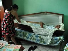 Man Sleeps in Coffin to Honor His Dead Friend - http://www.weirdlife.com/man-sleeps-in-coffin-to-honor-his-dead-friend/