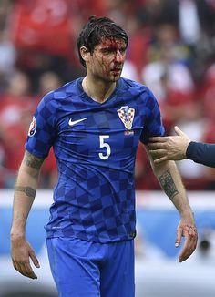 Croatia's defender Vedran Corluka leaves the pitch with a head injury during the Euro 2016 group D football match between Turkey and Croatia at the Parc des Princes in Paris on June 12, 2016. / AFP / MIGUEL MEDINA