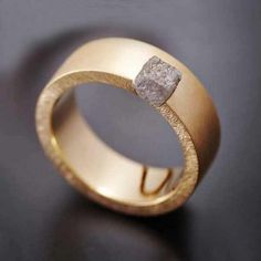 Anneau alliance en or massif par Nathalie Dmitrovic, exclusivement chez l'Atelier des Bijoux Créateurs.
