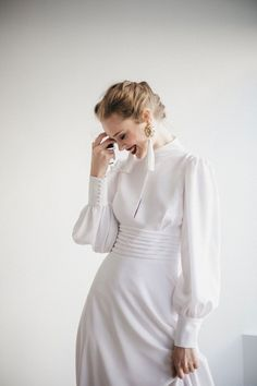 A turtleneck wedding dress can be very modest covering the whole body or very sexy – with a cutout back, slits and illusion details. Take a look at these ideas to get inspired! Dress Outfits, Fashion Dresses, Dress Up, Maxi Dresses, Gown Dress, Vestidos Vintage, Vintage Dresses, Turtleneck Wedding Dress, Bridal Gowns